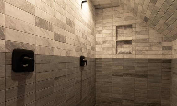 DAL_BargainMansions_E313_M017_L242_Shower_53web